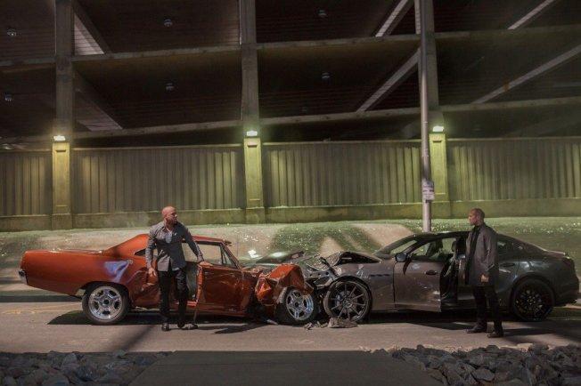「玩命關頭7」中,馮迪索(左)和傑森史塔森(右)開車互撞場景經過精心設計,連互撞的角度和損壞程度都差不多。 圖/環球提供