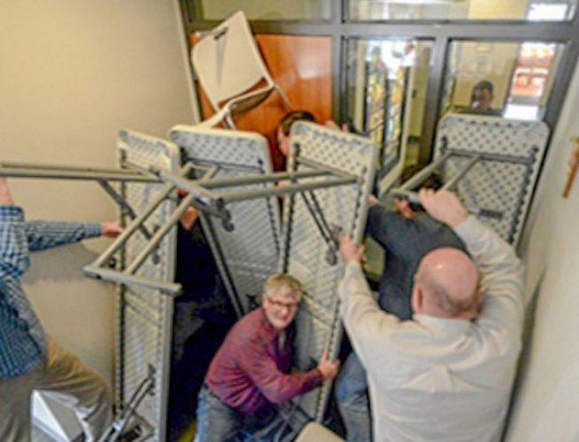 濫射案發生時,民眾需尋找可安全躲藏的房間,並利用手邊可用的物品加固入口。(洛杉磯縣警局提供)