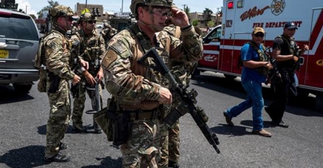 德州警方趕往槍擊案現場如臨大敵。(KTLA電視台)