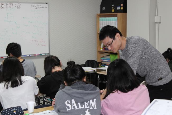 很多華裔學生為考取特殊高中付出諸多努力,圖為華生在補習班學習。(本報檔案照)