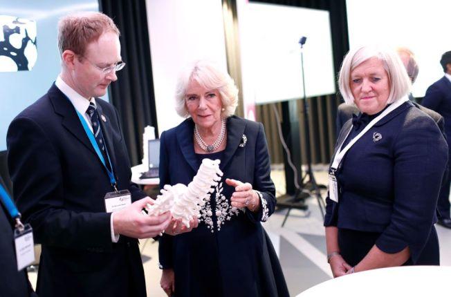 查理王儲的第二任妻子卡蜜拉(中)出席骨質疏鬆症研討會。(Getty Images)