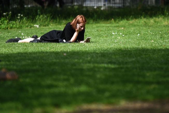 曬太陽就能讓身體產生維他命D,有助鈣質吸收。(Getty Images)