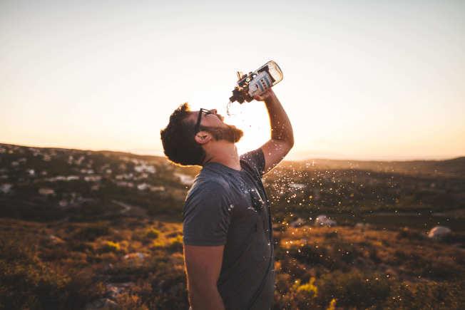 夏天喝冷飲切勿喝的太快太急。(取材自Pelexs)