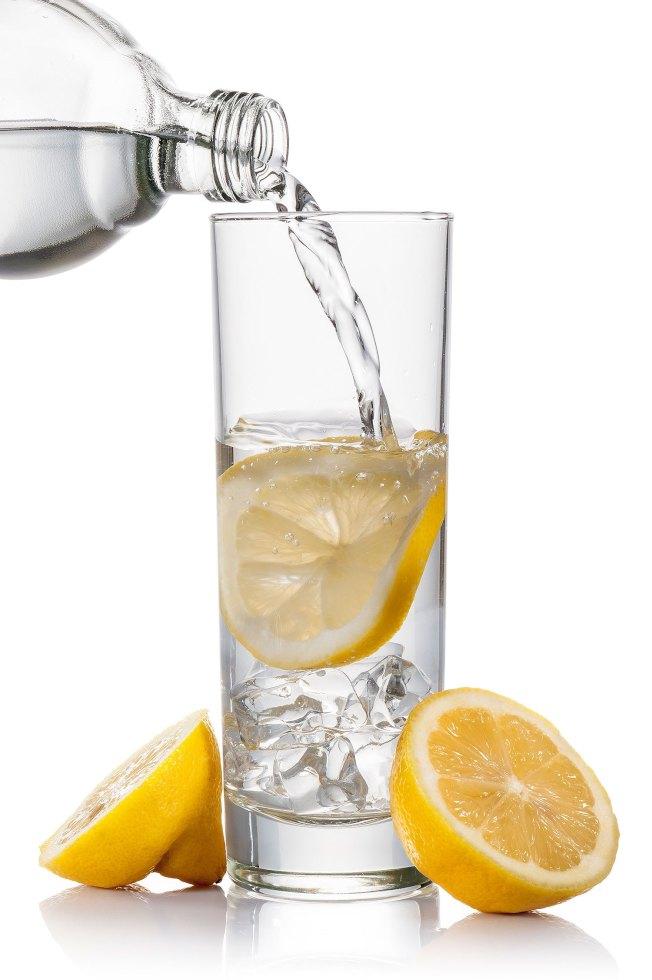 想要享受檸檬水的好處,醫師建議喝溫熱的。(Getty Images)