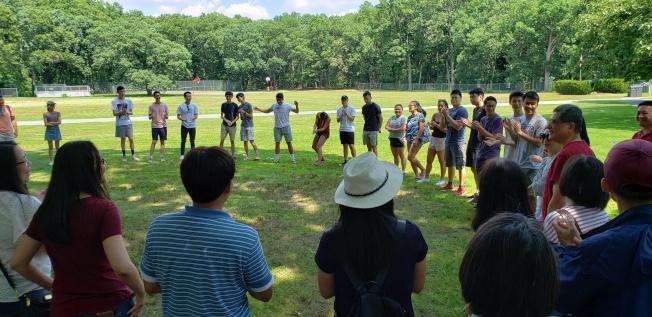 2019年紐英崙中文夏令營開幕前,輔導員和實習輔導員舉辦破冰活動。(記者唐嘉麗/攝影)
