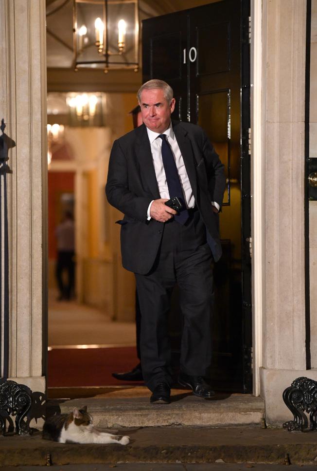 7月24日英國檢察總長柯克斯(Geoffrey Cox)步出官邸,賴瑞貓也不打算讓路。(Getty Images)