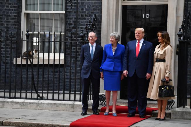 川普(右二)與梅蘭妮亞(右一)6月4日造訪英國首相官邸,賴瑞坐在窗台上旁觀。(Getty Images)