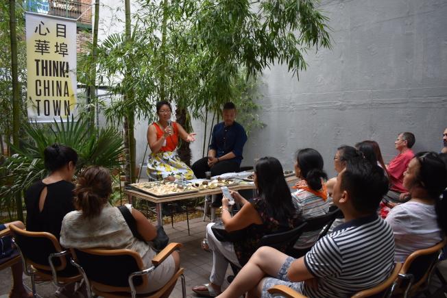 心目華埠5日在曼哈頓華埠舉辦「涼茶派對」,教導民眾如何自製有別於市售、健康的涼茶,並推廣中華文化。左起為鄺海音、雷志章。(記者顏嘉瑩/攝影)