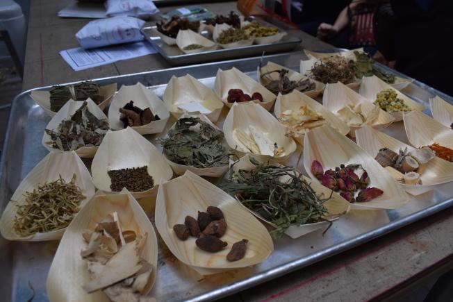 涼茶的一種「24味茶」使用的草藥相當複雜。(記者顏嘉瑩/攝影)