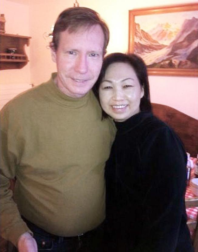 涉嫌殺害妻子Quee Choo Lim Chadwick(右),在保釋期間逃亡的新港灘市地產大亨查德維克已被捕。(網路圖片)