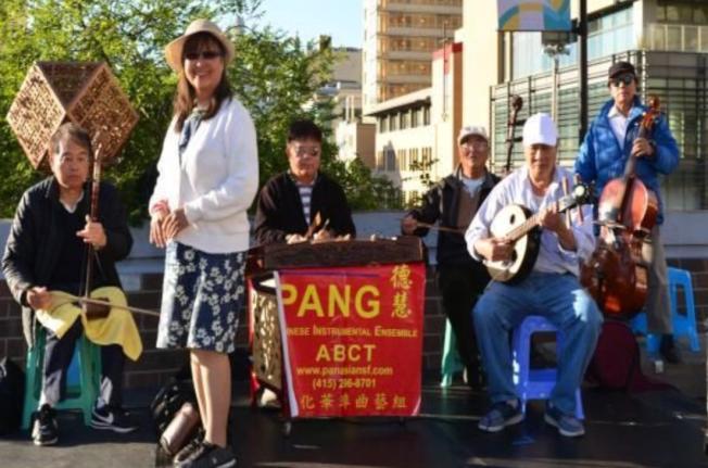 彭德慧(站立者)領導的華埠曲藝組將在「周日遊樂街」表演。(李德志提供)
