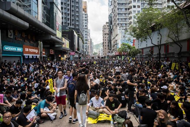 """香港反送中抗议持续延烧,民众5日展开""""三罢""""运动(罢工、罢课、罢市),数十万人上街游行。(美联社)"""
