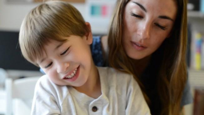 單親媽久美子.羅芙結合三種方法編列預算,八個月內償清7萬7281元。圖為羅芙與兒子。(取自YouTube)