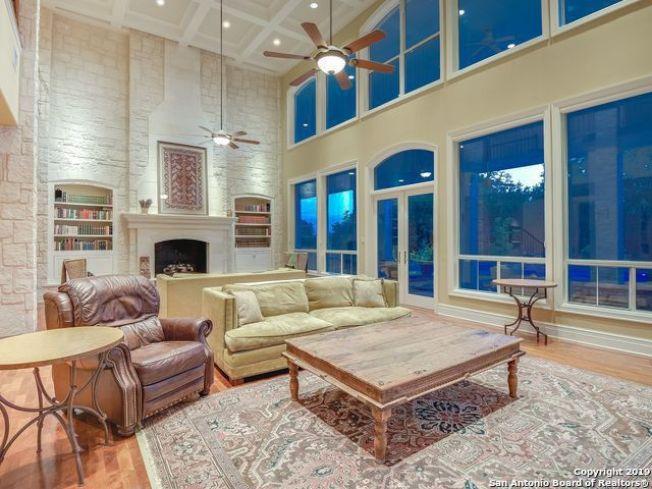 超大的正式飯廳和備配壁爐的客廳。(Realtor)