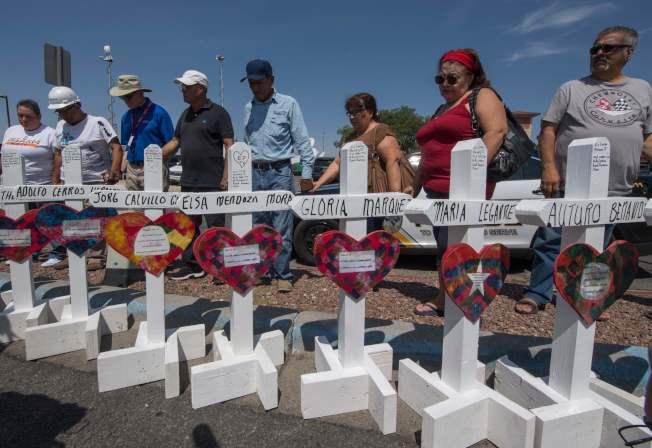 圖為德州民眾哀悼濫射事件死者。(美聯社)