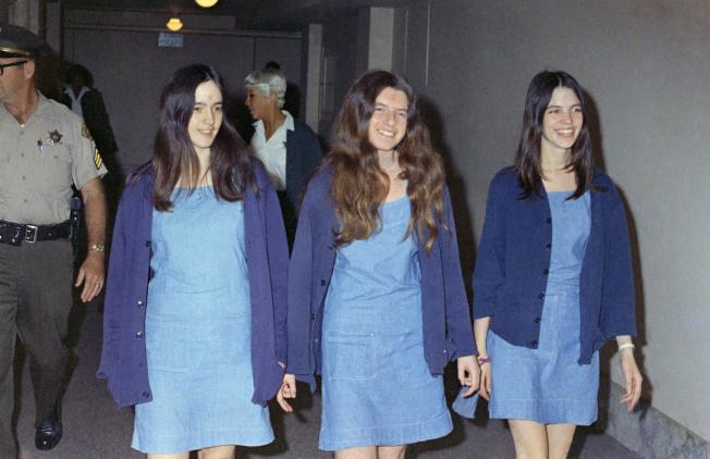 曼森家族成員1970年受審離開法院時,面帶笑容;圖中蘇珊.艾金斯(左起)已死於癌症、71歲派翠莎.克倫溫克和69歲萊斯莉.范胡登仍在獄中服刑。(美聯社)