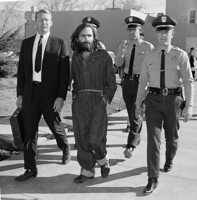 殺人魔曼森1969年被捕後準備出庭的檔案照。(美聯社)