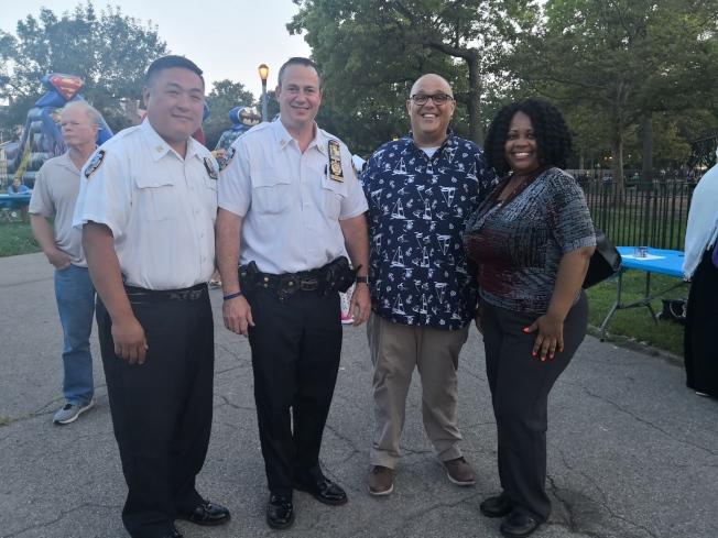 陳誌傑(左一起)、肯維黎、紀思庭、弗朗特斯參加68分局的「全國打擊犯罪夜」。(記者黃伊奕/攝影)