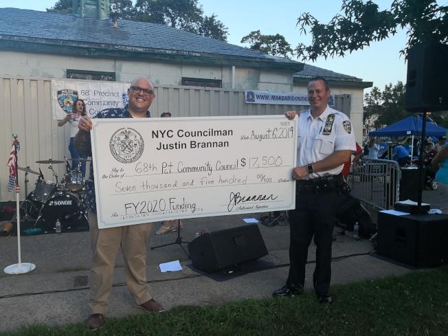 紀思庭(左)為68分局送上7500元支票。(記者黃伊奕/攝影)