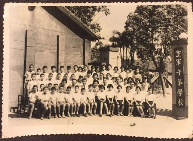 圖為小學五年級勇班畢業照。我(後排左三)與劉定文導師(二排左五)的兒子李國武(三排左二),成為最好的朋友。