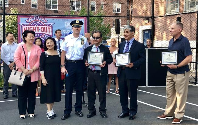 109局長局長夏因(前左三)向莊振輝(右二)、杜彼得(右三)頒發表揚狀。(記者朱蕾/攝影)