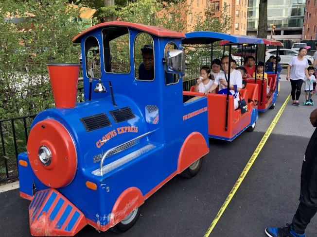 電動小火車受到小朋友喜愛。(記者朱蕾/攝影)