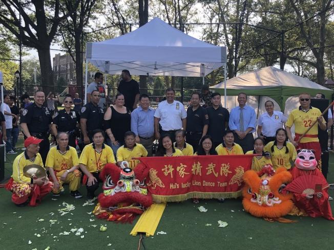 蔣莎樂邀請中華醒獅團前來表演,並與當地華裔團體合照留念。(記者顏潔恩/攝影)