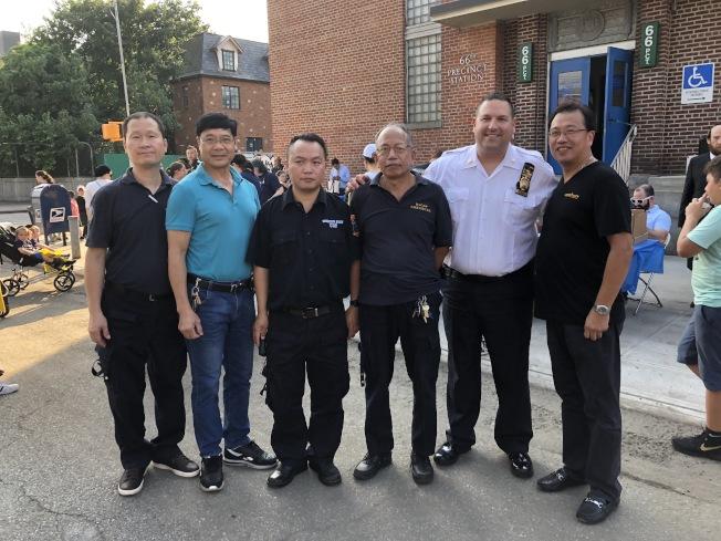 金恩(右二)與亞裔民安隊隊員、以及端芬同鄉會主梅增新(右二)。(記者顏潔恩/攝影)