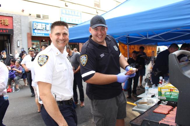 五分局警員為民眾發放免費食物。(記者張晨/攝影)
