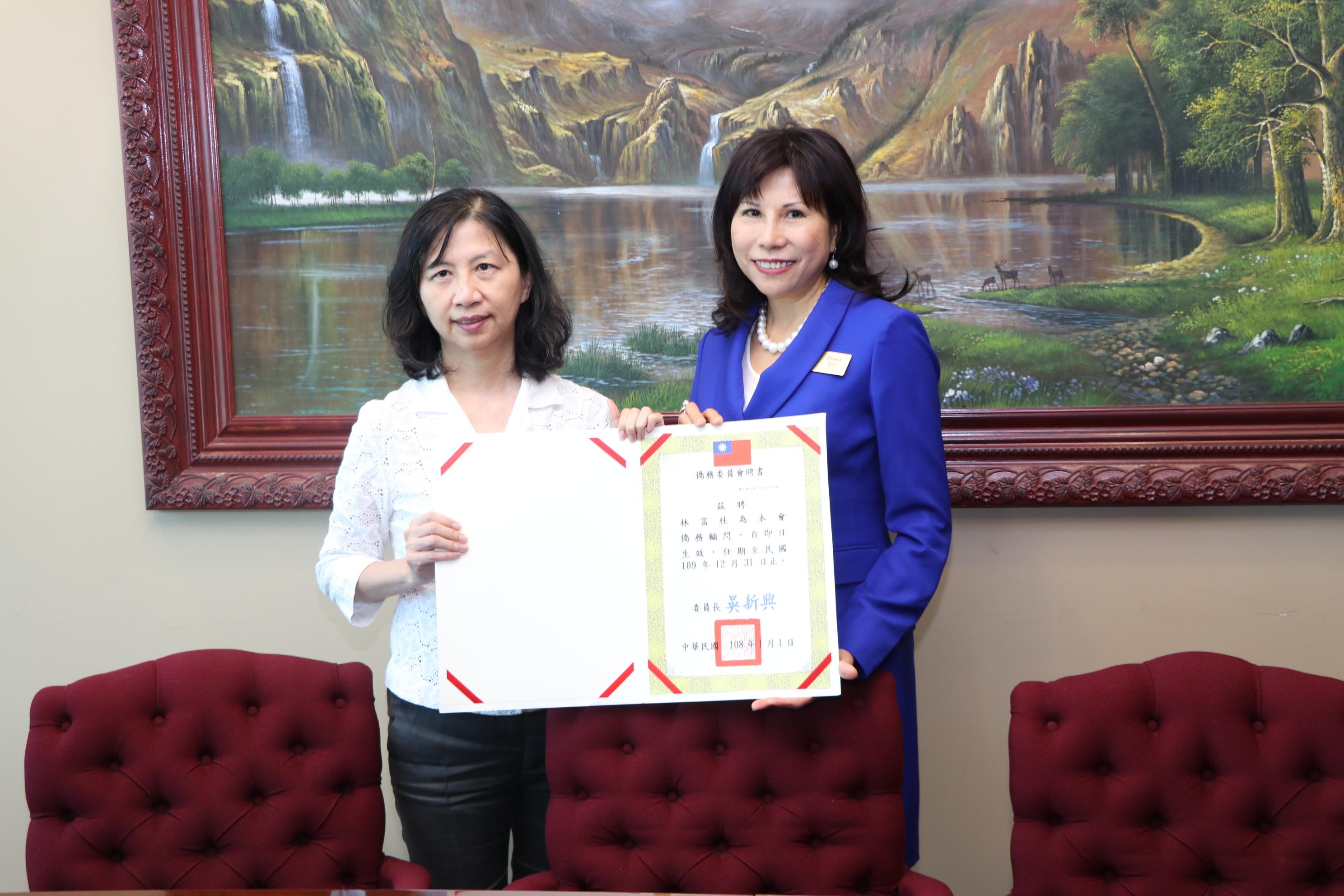僑教中心主任陳奕芳(左)代表僑委會委員長吳新興頒發僑務顧問聘書給林富桂。