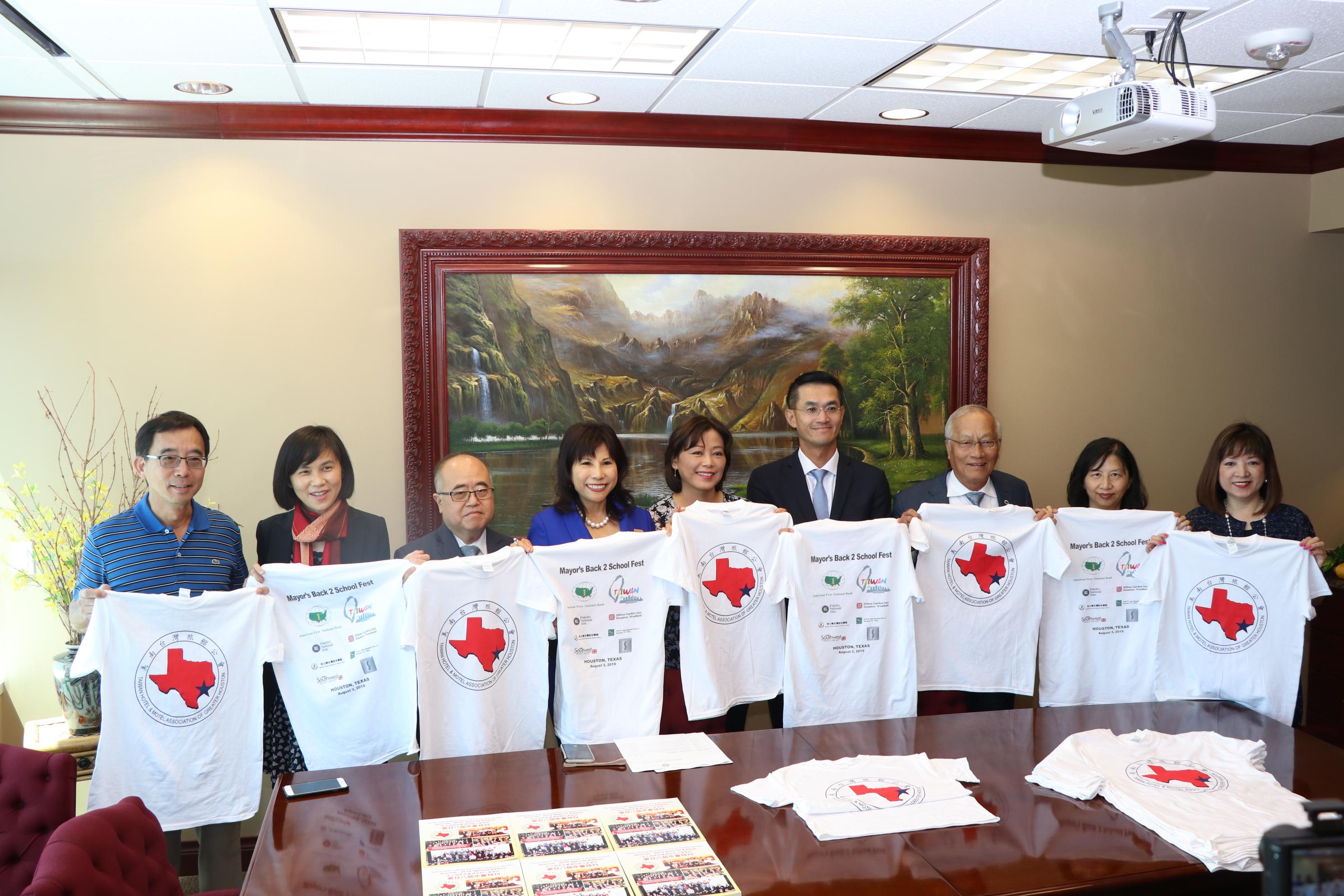 美南台灣旅館公會會長何宜中(左五)關心休士頓市政府的愛心活動。