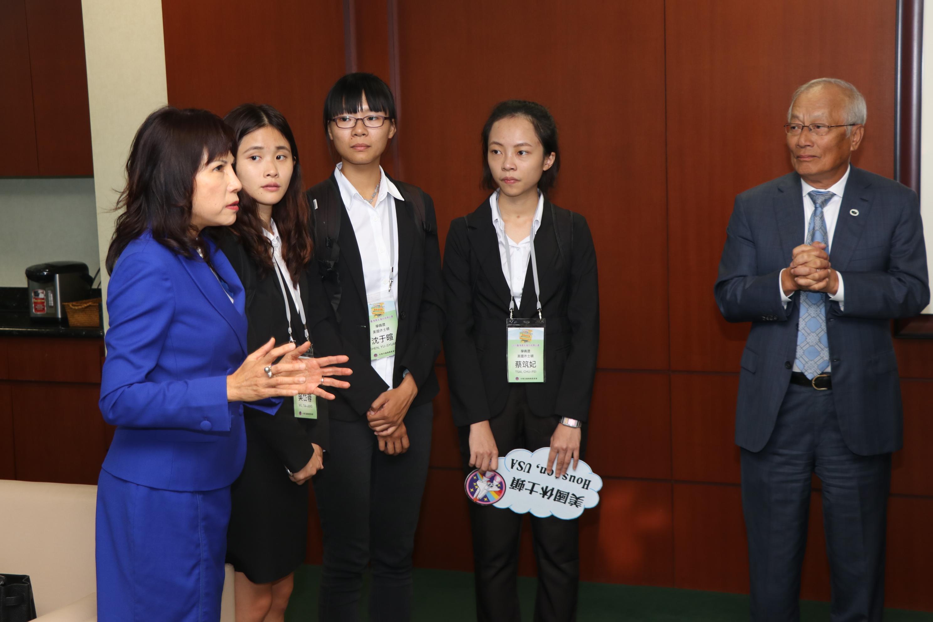 林富桂(左一)鼓勵同學們堅持信念努力追求,最後終將成功。