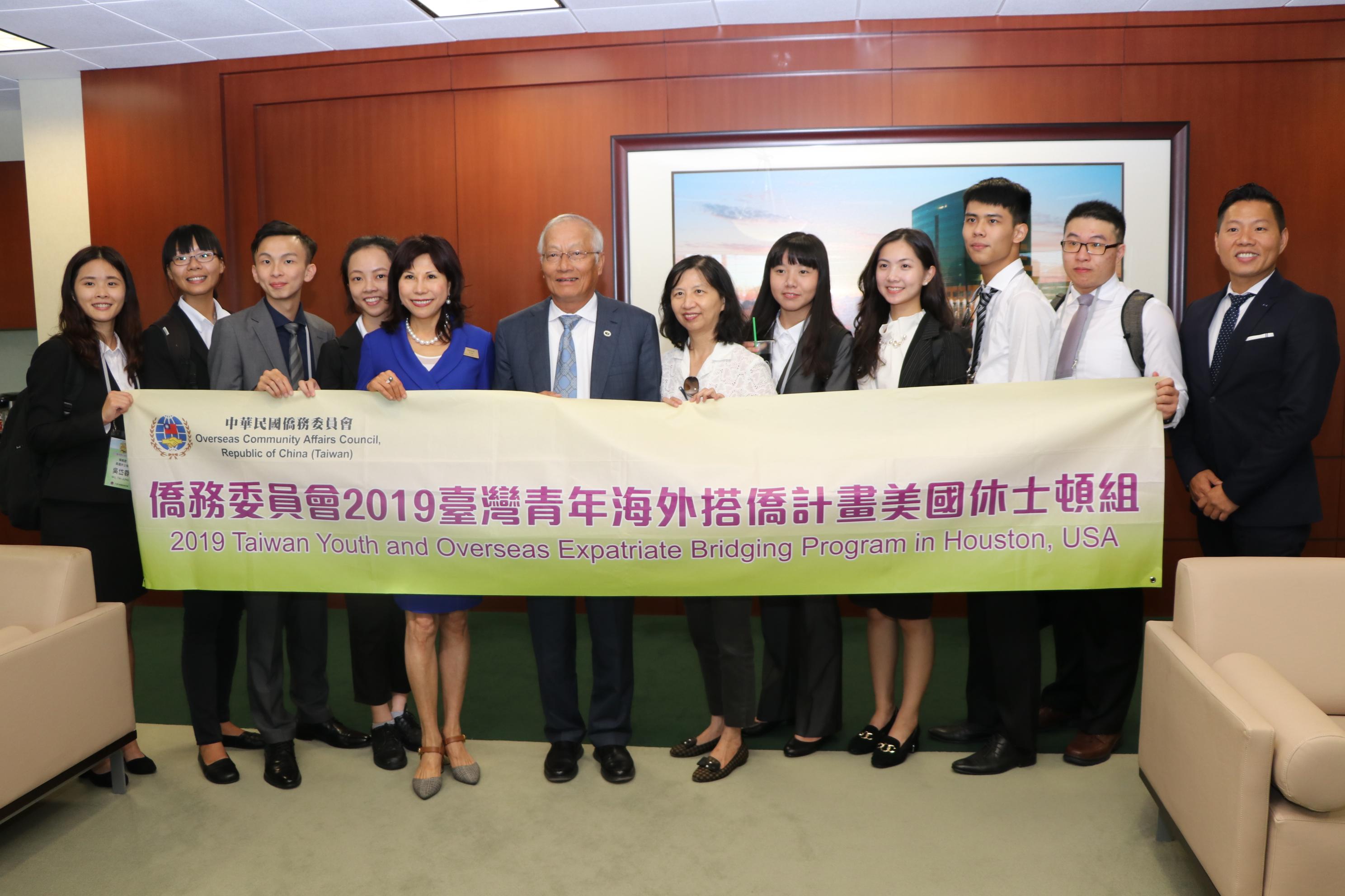 恆豐銀行董事長吳文龍(左六)在辦公室接見來自台灣的八位學子,鼓勵他們放膽追夢。