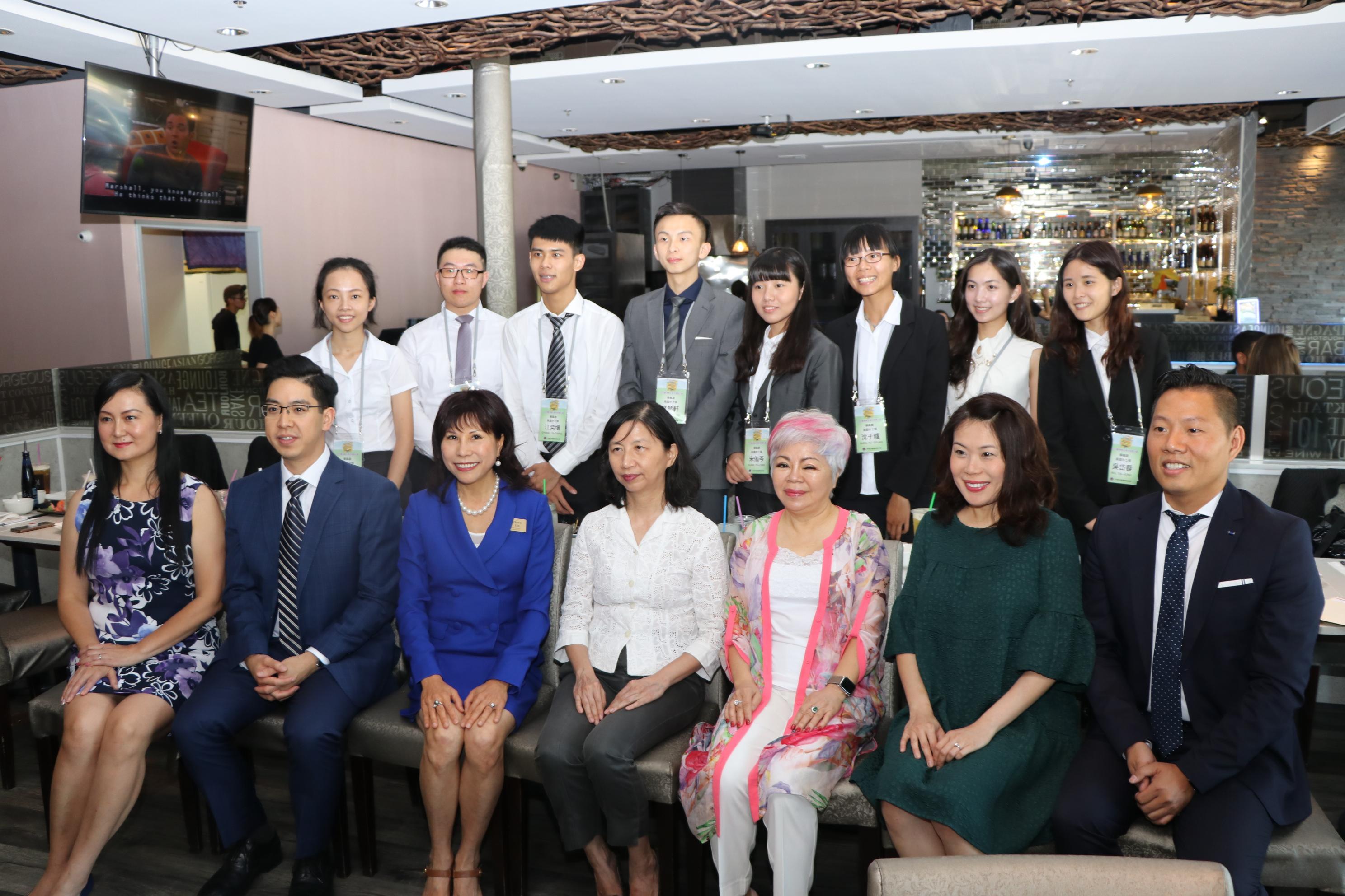 誠信產權負責人林富桂(前排左三)號召地產經紀人陳第元(右起)、林庭瑋、Amy Chou等在101餐廳與學子們分享成功經驗。