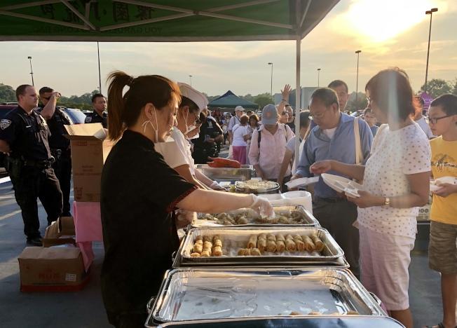 「豫園小籠包」準備了美味中式餐點,是當晚最受歡迎的攤位。(記者朱蕾/攝影)