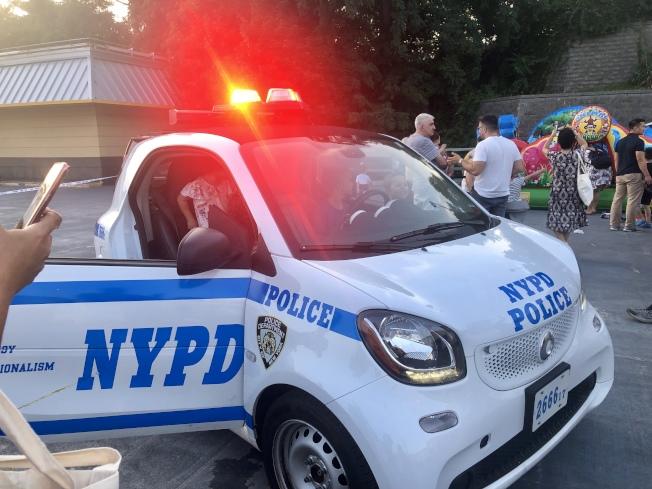 現場開放警車供小朋友上車體驗。(記者朱蕾/攝影)