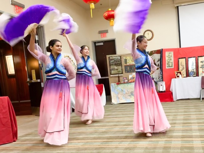 李美鴒舞蹈團在研習會中表演民族舞蹈扇舞。(南海岸中華文化中心提供)