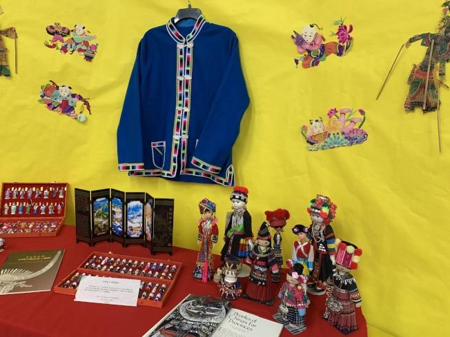 研習會現場陳列著代表中國各族裔的人偶及教材。(南海岸中華文化中心提供)
