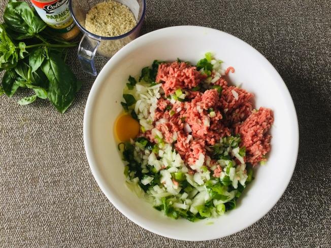 將洋蔥、青蔥切碎,加入牛絞肉、麵包粉,與蛋、牛奶、鹽、胡椒粉攪拌均勻,揑成大小一致的肉丸。