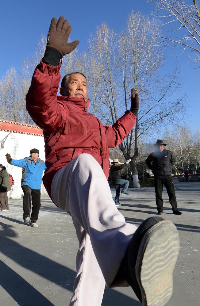 老人要維持運動習慣,並多吃蔬菜水果,讓排泄功能正常運作,預防結石發生。(新華社)