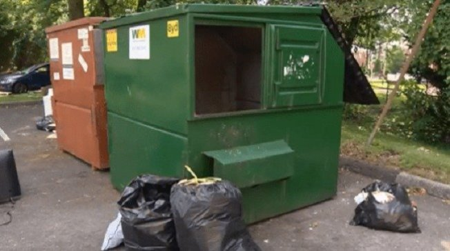 艾莉西亞將4歲的兒子棄屍在垃圾箱中。取材自都市日報
