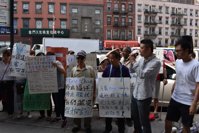 十多戶租客站出來,抗議業主華人業主Eric Chan不合理漲租、逼遷房客。(記者顏嘉瑩/攝影)