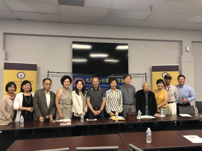 南加州華人寫作協會記者會出席者合影。(記者王若然/攝影)