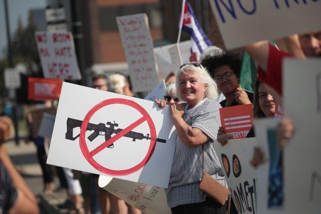 在連續出現大規模槍擊案後,反槍呼聲高漲,在俄亥俄州岱頓一家醫院外面,聚集抗議民眾,要求限槍。(Getty Images)