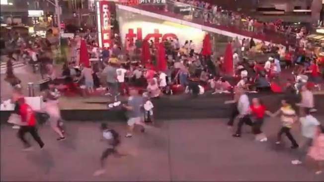 時報廣場因為摩托車音爆造成群眾恐慌,成千上萬人四散奔逃,造成數十人受傷。(推特)