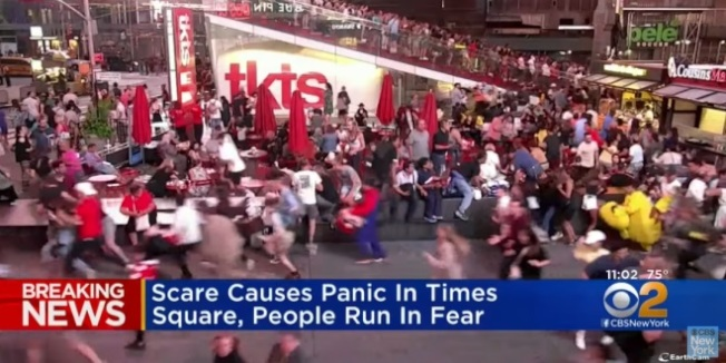 時報廣場因為摩托車音爆造成群眾恐慌,成千上萬人四散奔逃,造成數十人受傷。(翻攝自CBS電視畫面)