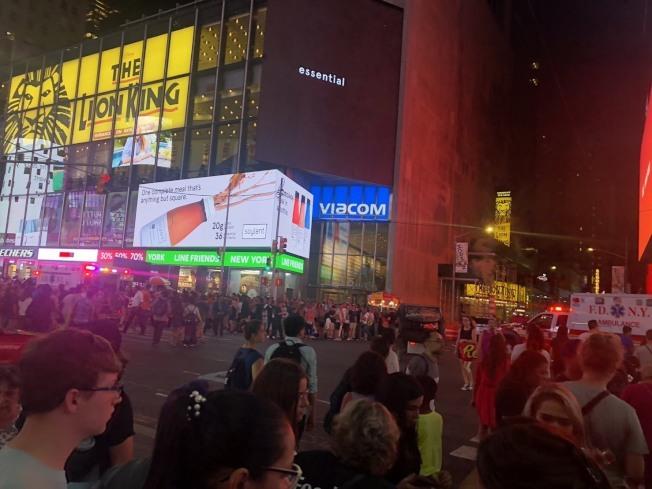 時報廣場摩托車回火音爆,民眾誤為槍聲逃命,致20傷六送醫。(讀者提供)