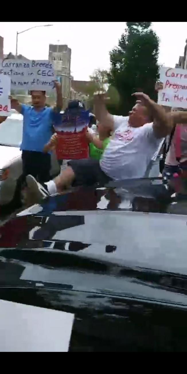 維拉斯卡(白衣者)表示自己被卡蘭扎乘坐的車輛撞倒。(視頻截圖)