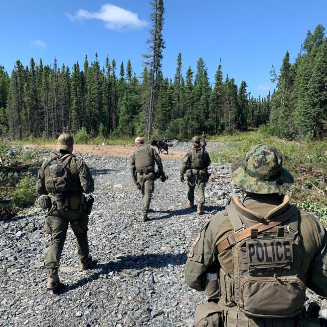 加拿大皇家騎警在曼尼托拔省郊區搜索,找尋連續殺人的兩名兇嫌。(路透)