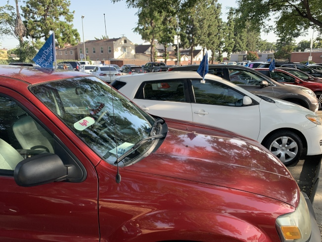 共享車司機普遍認為如今收入大不如前,7日在南加州艾爾蒙地市市府前抗議。(記者高梓原/攝影)